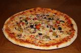 38cm Pizza vegetariana - rajčata, mozzarella, cibule, žampiony, feferonka, beranní roh, olivy, česnek