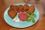 100g Míchaný tatarský biftek  (šalotka, pažitka, žloutek, olivový olej, dijonská hořčice, sůl, pepř), topinky smažené na sádle, česnek